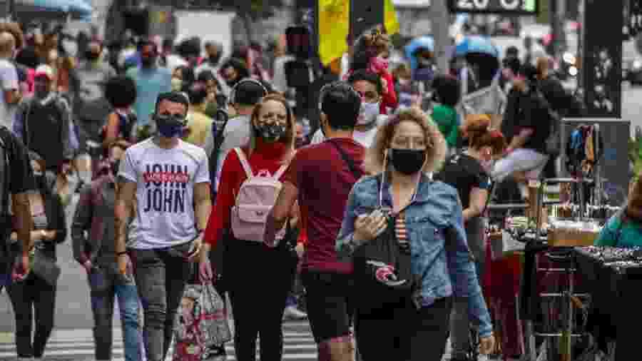 Populares utilizam máscara de proteção devido ao coronavírus, na Avenida Paulista - Ananda Migliano/Ofotográfico/Folhapress