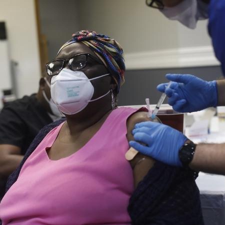 13.fev.2021 - Idosa recebe dose de vacina contra a covid-19 na Flórida, nos Estados Unidos - 13.fev.2021 - Octavio Jones/AFP