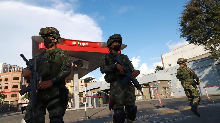 Militares patrulham um posto de gasolina antes de possíveis protestos, em Cali, Colômbia - Juan B Diaz/Reuters