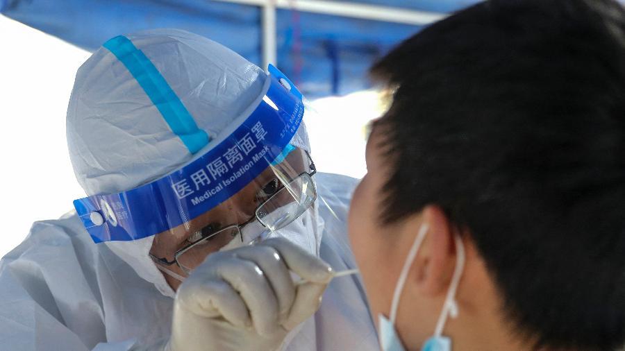 Um residente faz um teste para o coronavírus em Huaian, na província de Jiangsu, no leste da China - STR/AFP