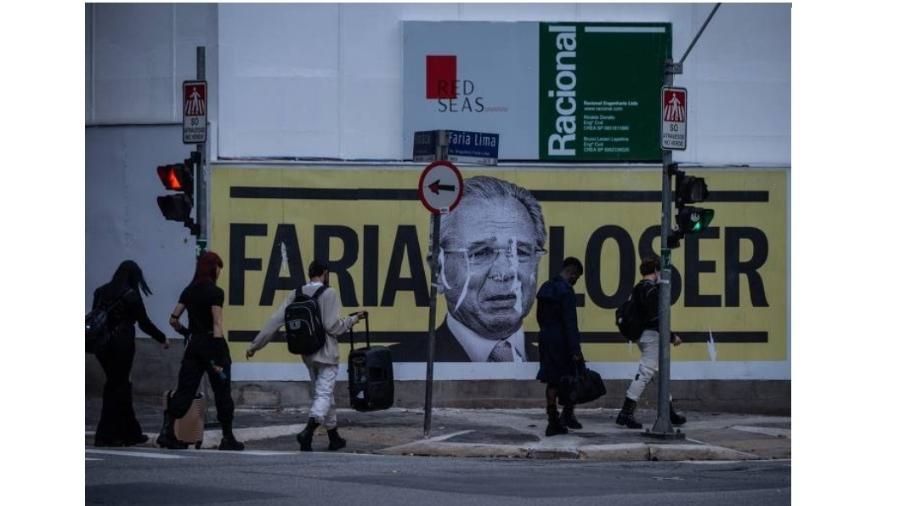 """Cartazes na Faria Lima, centro financeiro de São Paulo e do Brasil, chamam Paulo Guedes de """"loser"""" (perdedor), um justo reconhecimento à sua obra - Bruno Santos/Folhapress"""