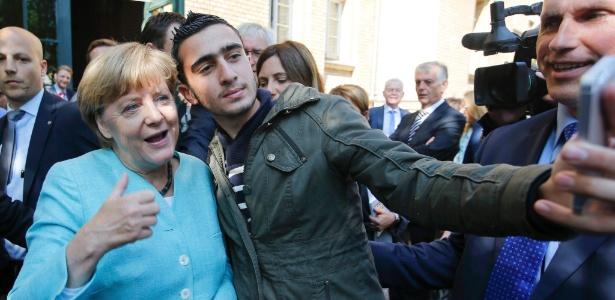 """Em 2015, o imigrante fez a selfie com a chanceler alemã, Angela Merkel, do lado de fora do campo de refugiados próximo ao Escritório Federal de Imigração e Refugiados, em Berlim. Ele teria dito: """"É como uma mãe para nós"""""""