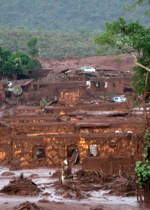 O rompimento da barragem do Fundão, em Mariana (MG), provocou uma onda de lama que atingiu várias casas