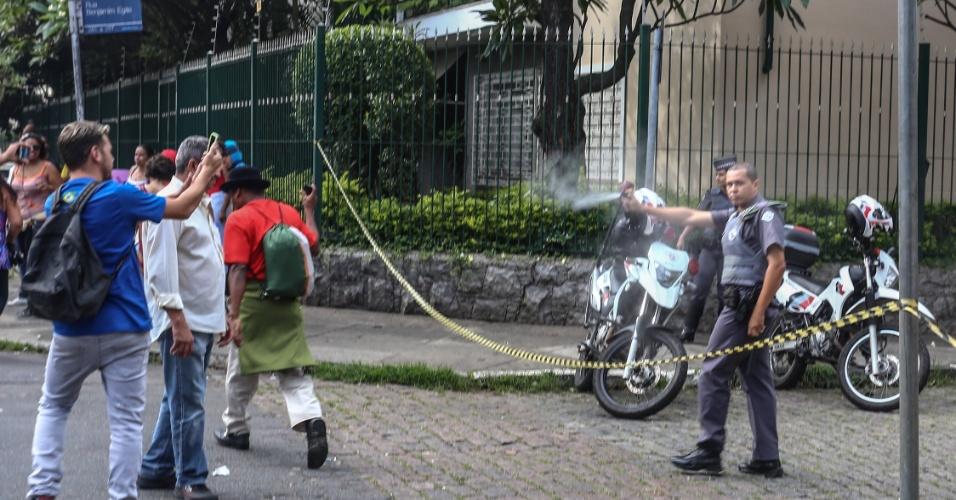 11.nov.2015 - PM usa gás de pimenta durante manifestação em apoio à ocupação da escola estadual Fernão Dias, na zona oeste de São Paulo. Estudantes seguem acampados dentro do colégio em protesto à reorganização da rede estadual pública de ensino