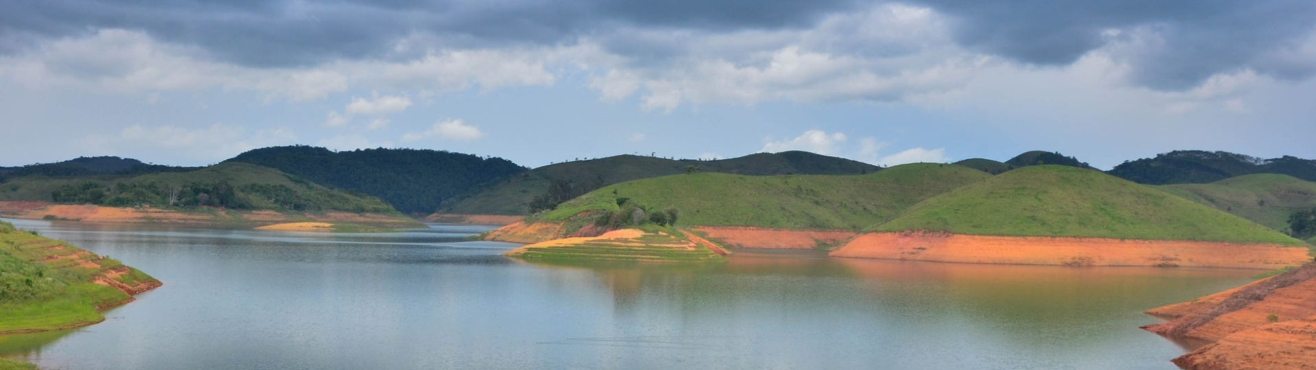 10.dez.2015 - O nível do sistema Cantareira, do qual a represa Jaguari (foto) faz parte, tem subido com o aumento da chuva na Grande São Paulo. Nesta quinta-feira, a capacidade do sistema chegou a 22,9%, segundo a Sabesp. Porém, a situação ainda está longe da normalidade