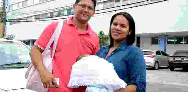 Tiago Santos, 32, e Liliane da Silva, 23, saíram da fazenda onde moram em Coruripe e fizeram o exame na pequena Ester  - Beto Macário/UOL