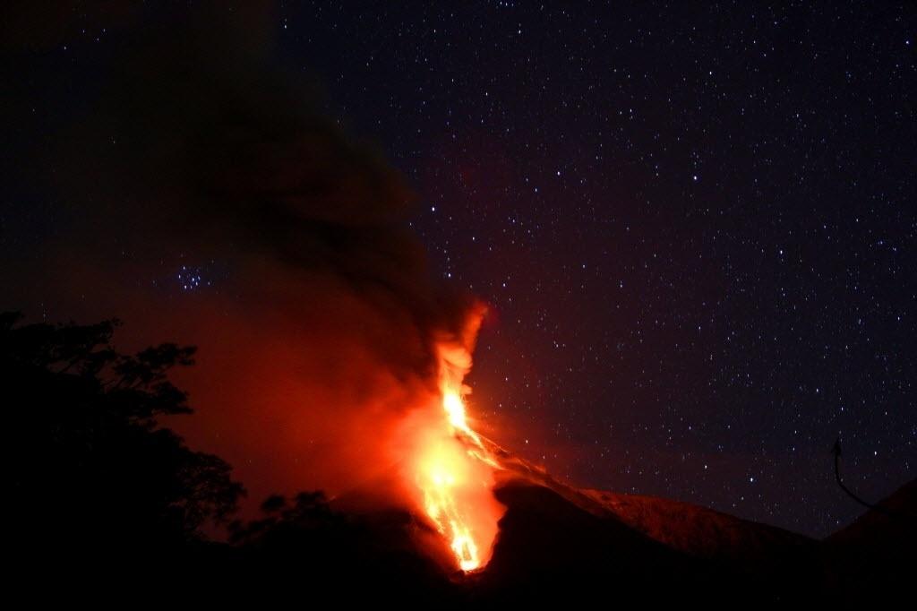4.jan.2016 -  O vulcão Fuego, na Guatemala, lança cinzas e lava durante uma erupção que começou na última semana de 2015. As autoridades ainda não ordenaram a retirada da população de vilas próximas
