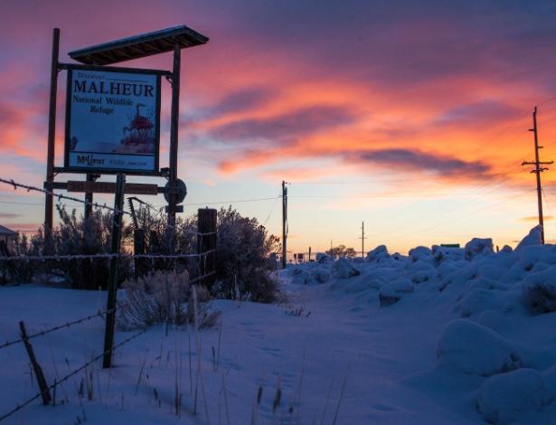 Painel com propaganda do Malheur National Wildlife Refuge instalado perto da Rota 78, no Oregon, Estado localizado no oeste dos Estados Unidos