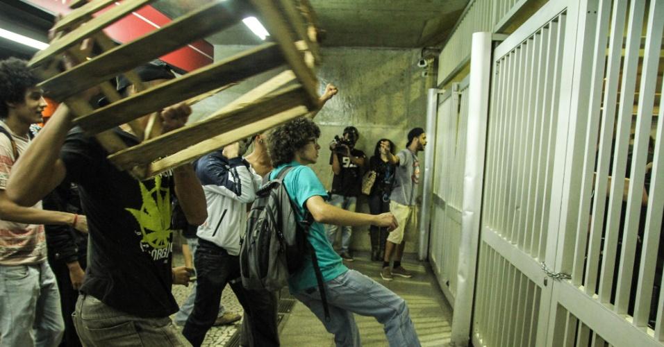12.jan.2016 - Manifestantes tentam entrar na estação Anhangabaú da linha vermelha do Metrô, no centro de São Paulo. Local foi fechado durante protesto contra o aumento das tarifas do transporte público em São Paulo
