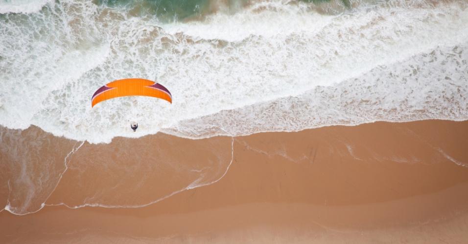 Sobrevoando mares. Parapente sobrevoa a praia da ilha Bazaruto, em Moçambique. A Nasa, que desenvolveu a asa usada nos equipamentos modernos, ajudou a dar nome ao esporte