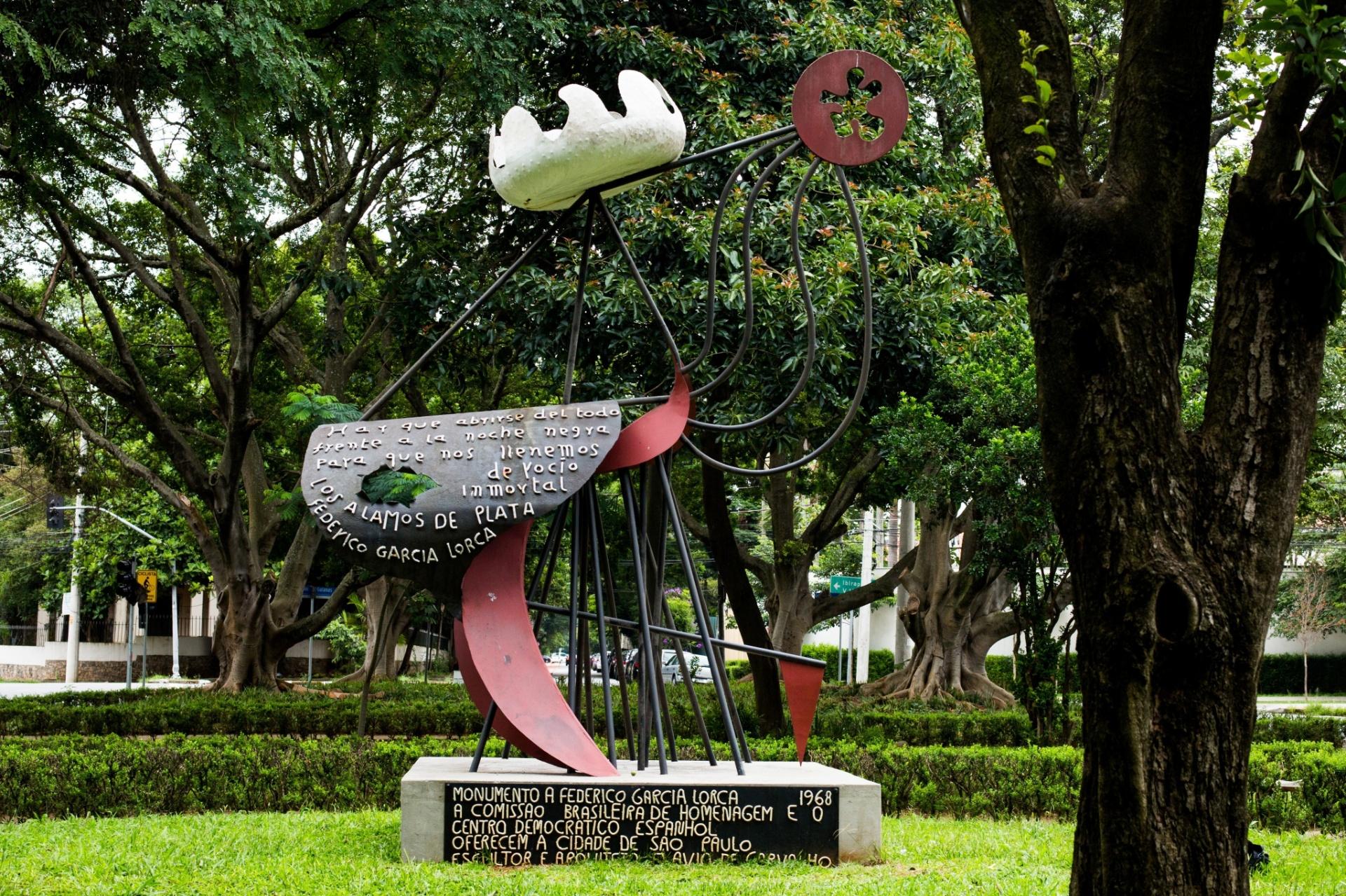 20.jan.2016 - MONUMENTO A FEDERICO GARCIA LORCA - Inaugurada em 1968 com a presença de Pablo Neruda e de Chico Buarque, a obra foi idealizada pelos exilados espanhóis do Centro Cultural Garcia Lorca, que homenageavam o poeta espanhol morto pelos Franquistas. O projeto da obra foi do arquiteto Flávio de Carvalho e depois de pronta foi instalada na Praça das Guianas, nos Jardins. Após uma explosão em 1969, a obra foi danificada e levada para um depósito da prefeitura. O próprio Flávio a restaurou, mas sem apoio das autoridades a obra ficou do lado de fora da Bienal no parque do Ibirapuera e logo retornou ao depósito. Em 1979, ela foi roubada por alunos da USP, que a colocaram no vão livre do MASP, e depois ao seu lugar de origem