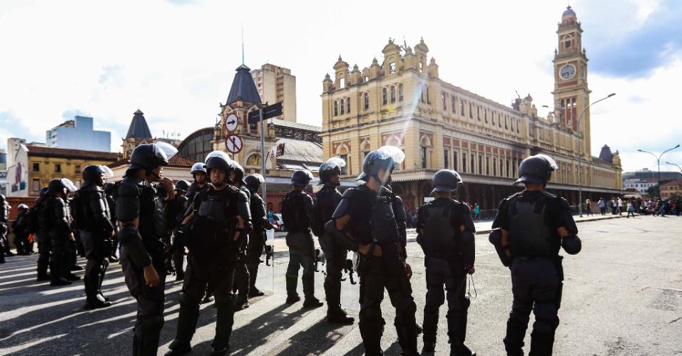 26.jan.2016 - Como nos protestos anteriores, a PM de São Paulo acompanha o ato que partiu da Luz. Estação histórica da capital foi o ponto de encontro marcado pelo MPL, que tem variado os locais de suas manifestações