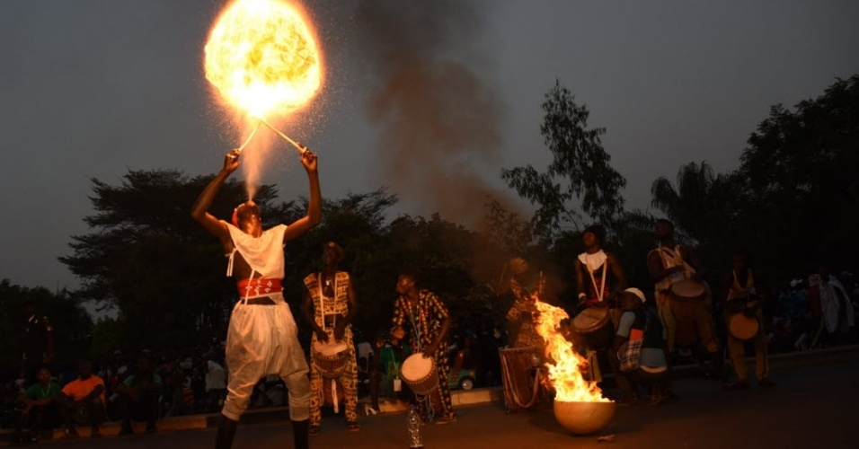 BISSAU, GUINÉ-BISSAU - Participante do carnaval de Bissau, em Guiné-Bissau, realiza performance pirotécnica