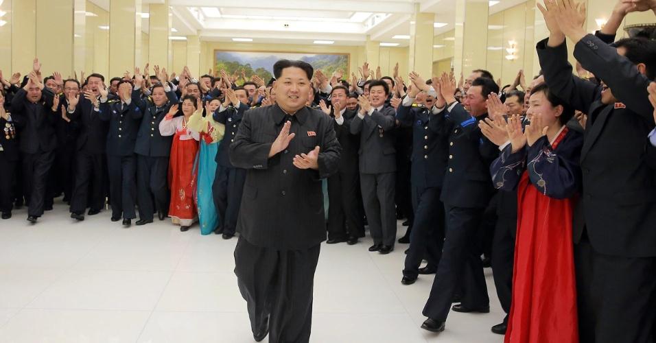 15.fev.2016 - O líder supremo da Coreia do Norte, Kim Jong-Un, é recebido pelos cientistas que participaram do evento de lançamento de um satélite posto em órbita por um míssil de longo alcance. A ação foi duramente criticada pela comunidade internacional, já que violaria sanções militares impostas pela ONU ao país