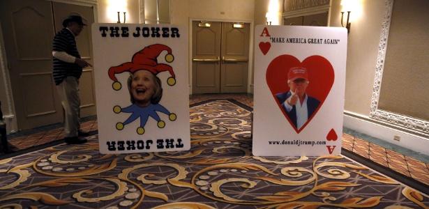 Pôsteres dos pré-candidatos Hillary Clinton (esquerda, democrata) e Donald Trump (direita, republicano) são vistos em ato de campanha republicano em Las Vegas, Nevada