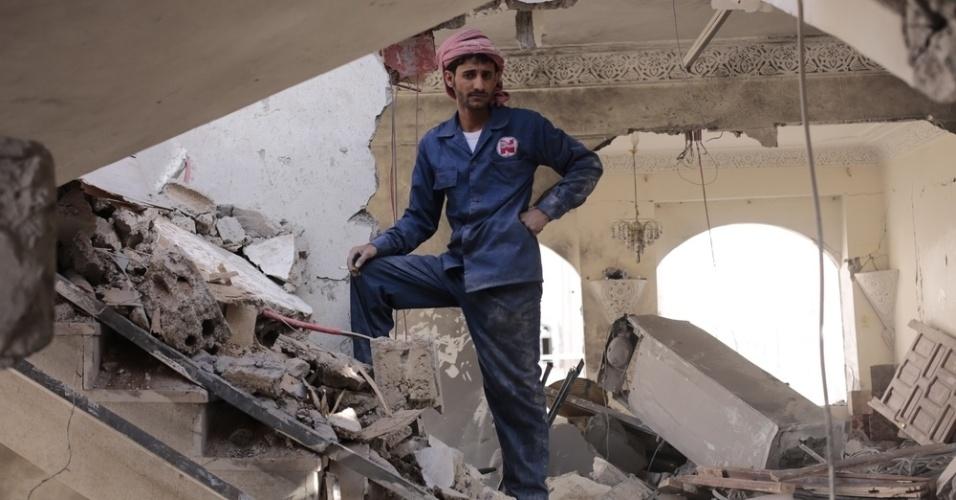 26.mar.2016 - Trabalhadores recolhem os destroços da casa de um juiz em Sanaa, capital do Iêmen. A casa foi alvo de um bombardeio da coalizão liderada pela Arábia Saudita em 27 de janeiro. Há exatamente um ano a coalizão árabe fazia seu primeiro bombardeio contra os houthis, um conflito que segundo a ONU (Organização das Nações Unidas) 3.218 civis morreram e 5.778 ficaram feridos nos bombardeios. A imagem foi feita pela fotógrafa Rawan Shaif durante viagem a áreas controladas pelos houthis no norte do Iêmen, entre outubro de 2015 e fevereiro deste ano