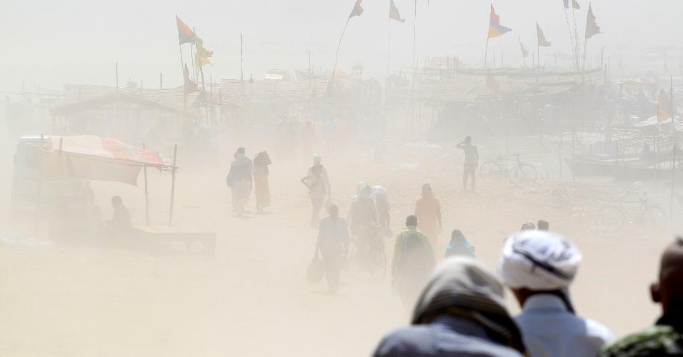 12.abr.2016 - Tempestade de areia atinge região às margens do rio Ganga, em Allahabad, cidade localizada no norte da Índia