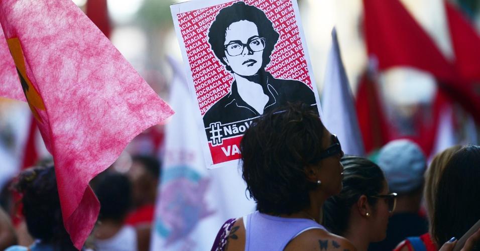 15.abr.2016 - Manifestantes ligados a sindicatos e entidades de classe concentram-se em frente ao Palácio Piratini, no centro de Porto Alegre (RS) para caminhada em apoio à presidente Dilma Rousseff e contra o impeachment