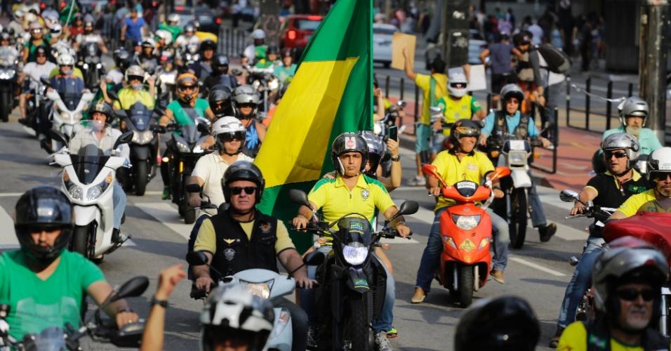 16.abr.2016 - Motociclistas realizam na tarde deste sábado uma carreata na avenida Paulista a favor do impeachment da presidente Dilma Rousseff e contra a corrupção