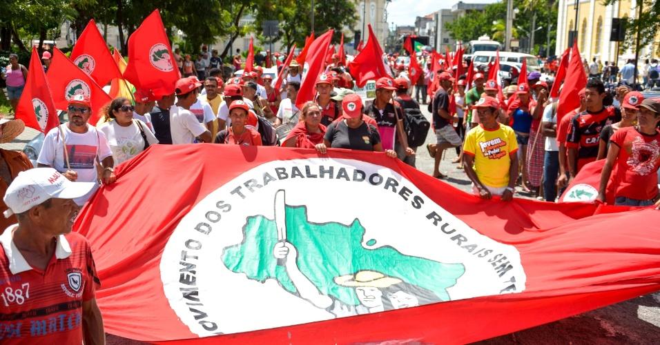 26.abr.2016 - Integrantes do MST (Movimento Sem Teto) fazem Marcha pela Democracia, em João Pessoa (PB), contra o impeachment da presidente Dilma Rousseff