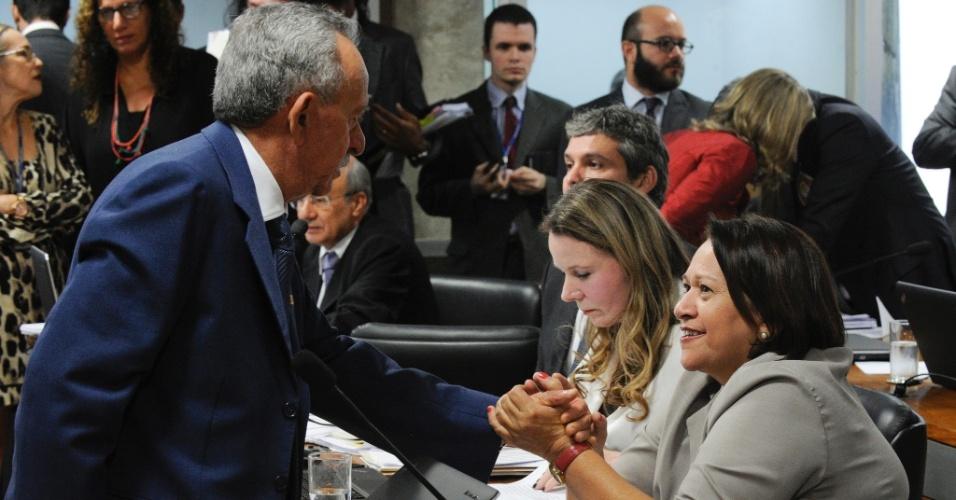 27.abr.2016 - A senadora Fátima Bezerra (PT-RN) cumprimenta o senador Benedito de Lira (PP-AL) durante a reunião da comissão especial de impeachment no Senado, que analisa o processo de cassação do mandato da presidente Dilma Rousseff