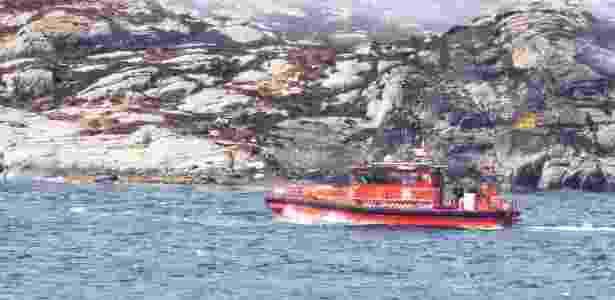 Equipes de resgate trabalham no local da queda do helicóptero - Scanpix/Bergens Tidende/Reuters
