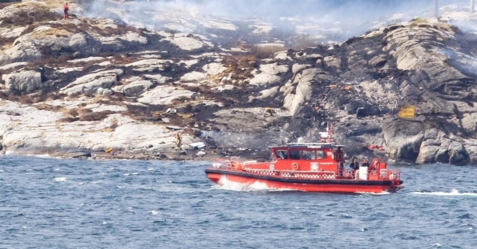 29.abr.2016 - As equipes de resgate trabalham em um local onde um helicóptero caiu, a oeste da cidade norueguesa de Bergen. Segundo as autoridades, não há sinais de sobreviventes, nem a confirmação oficial sobre o número de vítimas. Até o momento, sabe-se apenas que dois tripulantes e 11 passageiros estavam a bordo