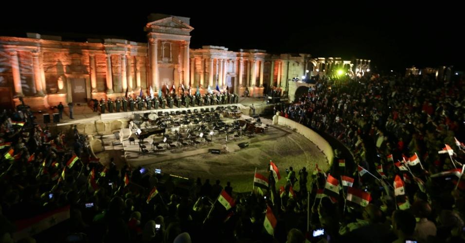 6.mai.2016 - A orquestra sinfônica russa do teatro Mariinsky de São Petersburgo fez concerto no histórico anfiteatro em Palmira, na Síria. A cidade esteve ocupada durante quase um ano pela organização terrorista Estado Islâmico, que destruiu vários edifícios emblemáticos