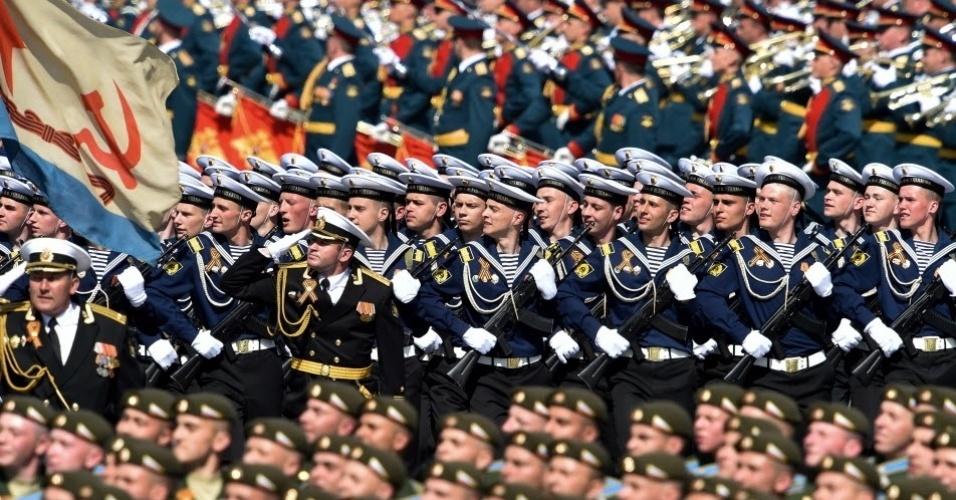7.mai.2016 - Soldados russos marcham na Praça Vermelha, em Moscou, durante desfile militar em celebração do Dia da Vitória. A data, comemorada no dia 9 de maio, marca a captulação nazista para a União Soviética na Segunda Guerra Mundial