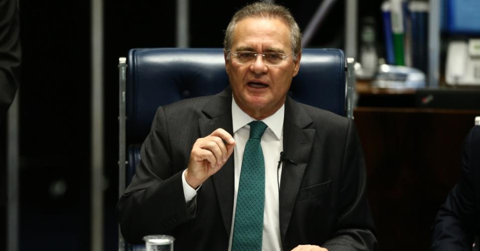 11.mai.2016 - O presidente do Senado, Renan Calheiros (PMDB-AL), abre a sessão no plenário que votará o pedido de instauração do processo de impeachment da presidente Dilma Rousseff