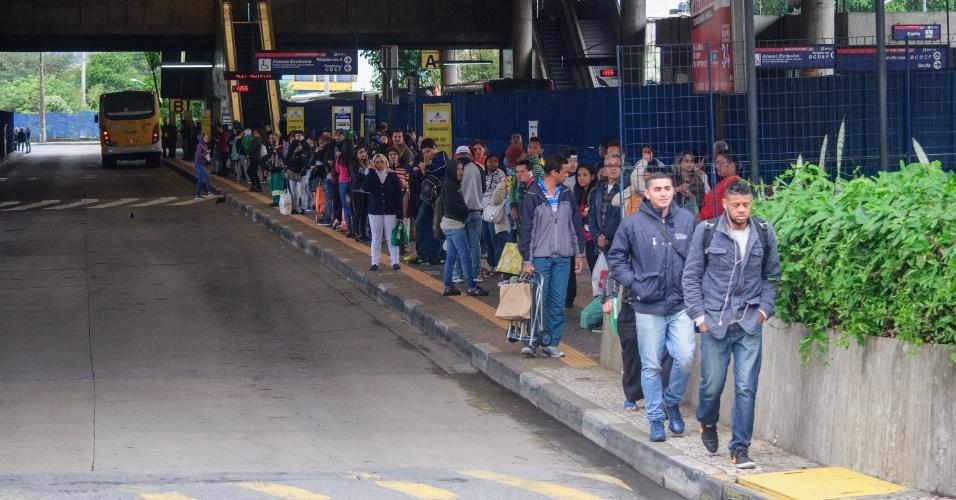 19.mai.2016 - Motoristas e cobradores de ônibus fazem paralisação no Terminal São Mateus, em São Paulo, na tarde desta quinta-feira. A paralisação foi iniciada às 14h e segue até as 16h. Os trabalhadores reivindicam aumento real de 5% no salário, reajuste do tíquete refeição de R$ 19 para R$ 25 e participação nos lucros de R$ 2.000 - o dobro do valor pago no ano passado. A pauta também inclui convênio odontológico gratuito, seguro de vida e auxílio funerário. Já a proposta das empresas de transportes foi de reajuste salarial de 2,31%, abaixo da inflação, e do tíquete refeição