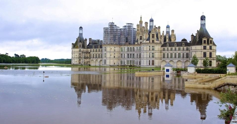 1°.jun.2016 - Chuvas torrenciais causaram inundações nas proximidades do Castelo de Chambord, na França. Os alagamentos e a cheia do rio Sena deixaram o país em alerta. Em Paris, o Museu do Louvre, ficará fechado para a remoção de obras de arte de salas ameaçadas pelas águas