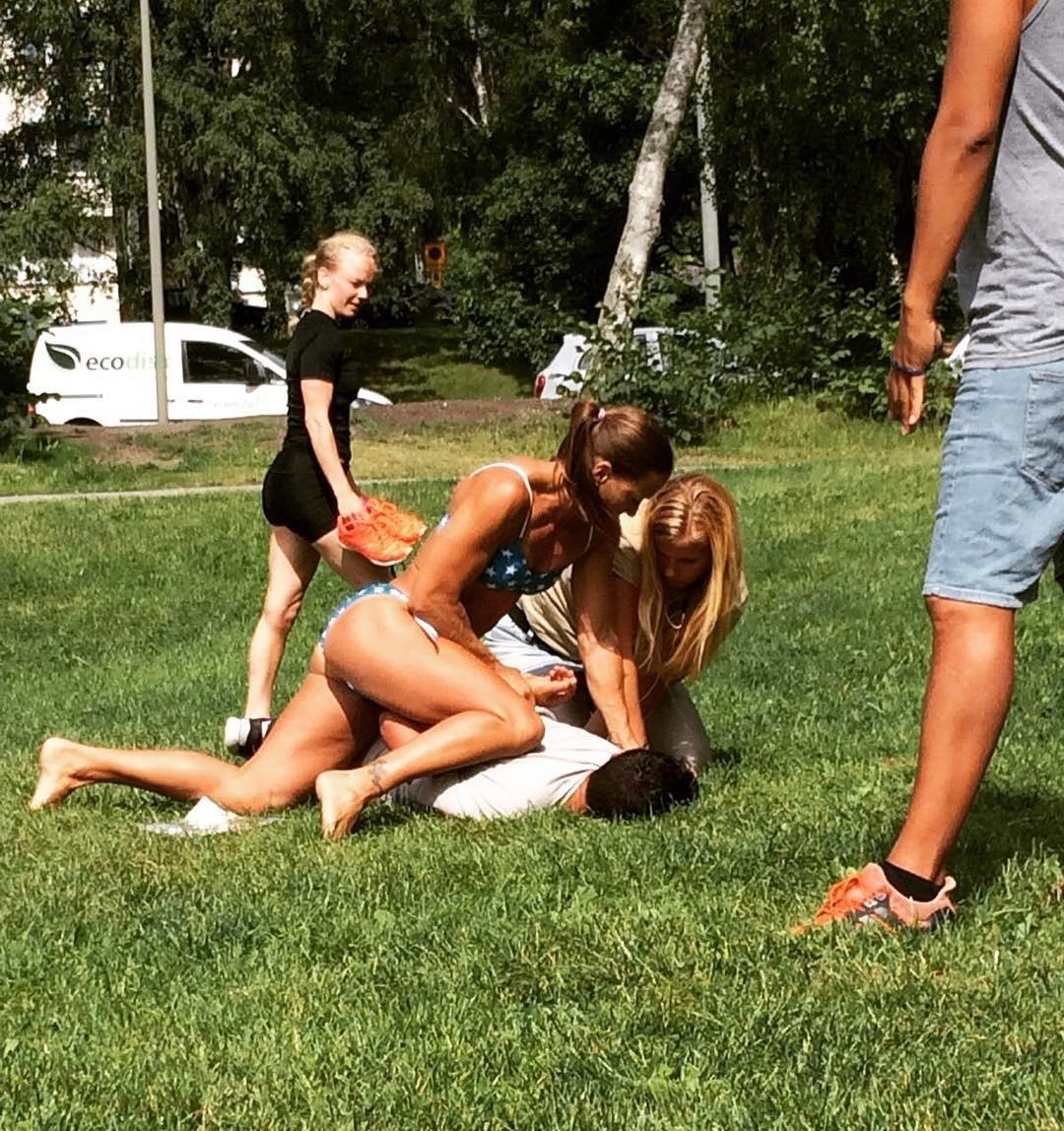 Policial de biquíni prende trombadinha em parque na Suécia e foto bomba