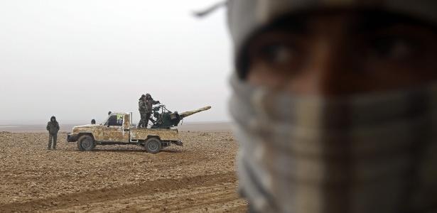 Combatentes das Forças Democráticas Sírias (FDS) montam guarda em Khirbet al-Jahshe, a oeste de Raqa, na Síria - Delil Souleiman/ AFP