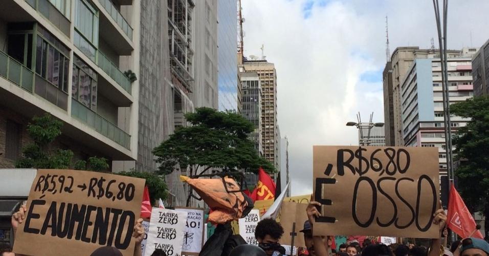 Os manifestantes criaram um boneco imitando o governador Geraldo Alckmin (PSDB)