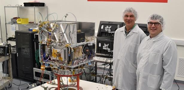 Tom Cwik, chefe do Programa de Tecnologia Espacial e Allen Farrington, gerente do Projeto do Deep Space Atomic Clock com o relógio