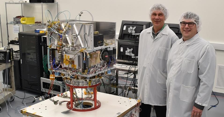 22.mar.2017 - Tom Cwik, chefe do Programa de Tecnologia Espacial e Allen Farrington, gerente do Projeto do Deep Space Atomic Clock com o relógio da Nasa