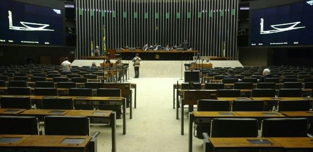 Plenário da Câmara fica praticamente vazio na tarde de quinta-feira - UOL