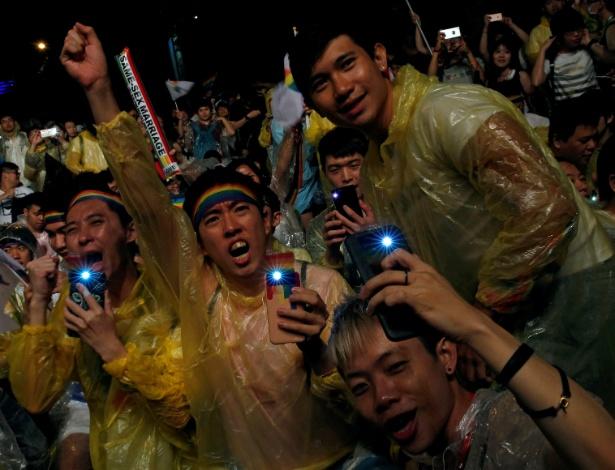 24.mai.2017 - Simpatizantes comemoram a aprovação do casamento gay em Taipé, Taiwan