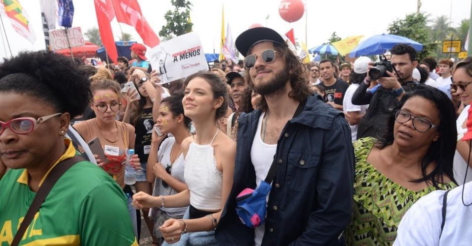 28.mai.2017 - O casal de atores Laura Neiva e Chay Suede também participam da manifestação pelas eleições diretas