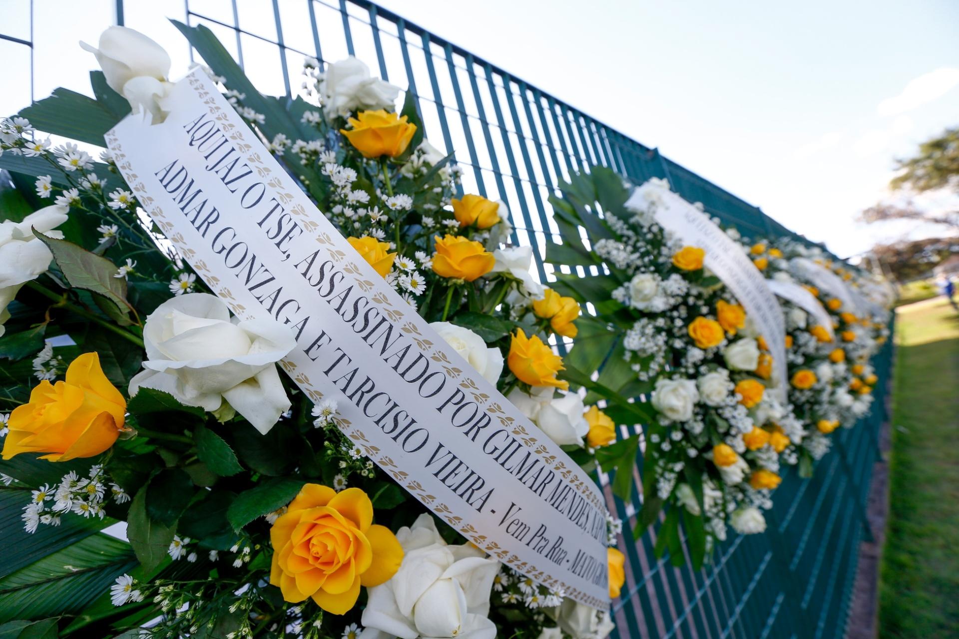 13.jun.2017 - TSE é alvo de protestos pela absolvição da chapa Dilma-Temer. Coroas de flores com nomes de ministros foram espalhadas no portão da sede em Brasília