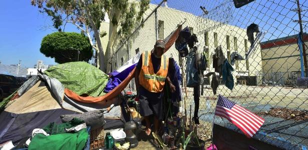 20.jun.2017 - Sem-teto em barraca no centro de Los Angeles