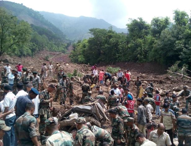Soldados indianos trabalham no resgates de pessoas soterradas