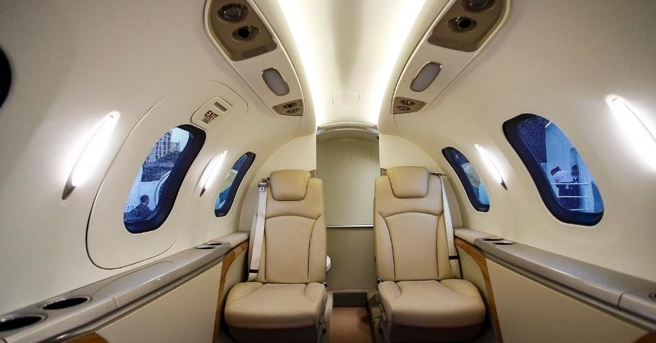 Com capacidade para até seis passageiros, o HondaJet tem uma cabine de passageiros relativamente apertada. São quatro poltronas individuais e, na parte dianteira, um sofá de dois lugares