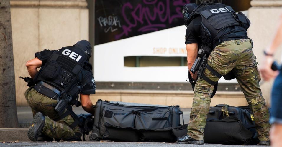 17.ago.2017 - Policiais da equipe de forças especiais trabalham próximo à Praça Catalunha momentos depois do ataque com uma van que deixou vitimas em Barcelona