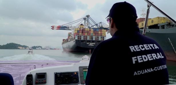 Agente da Receita Federal patrulha porto de Santos (SP) - UOL