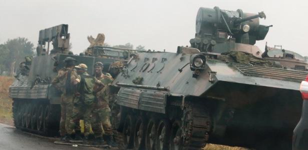 Antes da declaração, militares fizeram cerco em saídas da capital Harare