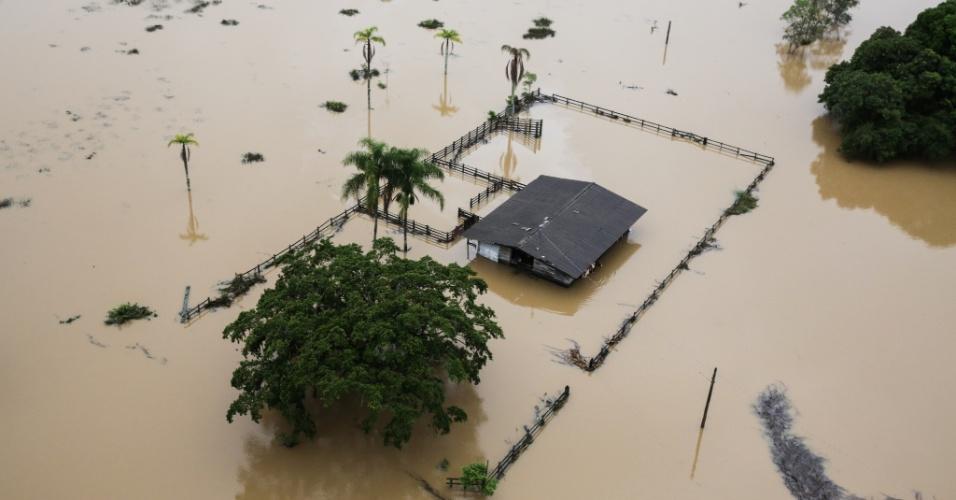11.jan.2018 - Casa ilhada devido ao alagamento no bairro Ratones, na região centro-norte da Ilha de Santa Catarina, em Florianópolis