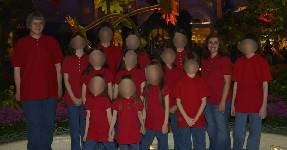 Doze irmãos foram encontrados acorrentados e famintos em uma casa de um povoado da Califórnia, e a polícia prendeu os pais por tortura e por colocar em risco a vida dos filhos. Eles foram salvos pela 13ª vítima, que conseguiu fugir e pedir ajuda