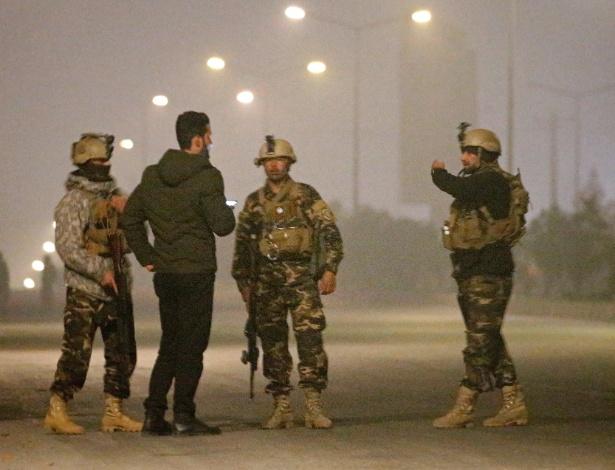 Forças de segurança vigiam o hotel, que está sob ataque